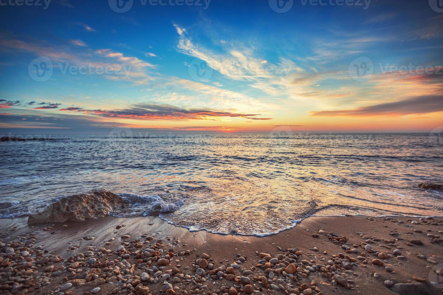 nascer do sol sobre o mar foto