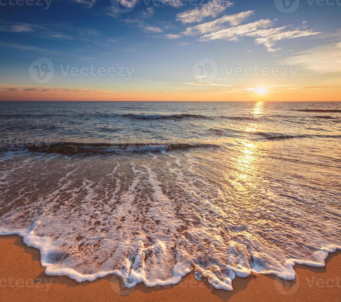 bela paisagem de nuvens sobre o mar foto