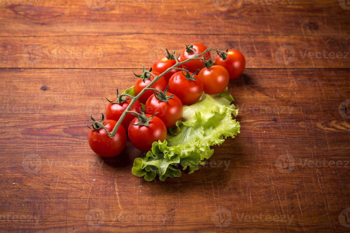 tomate vermelho na mesa de madeira foto
