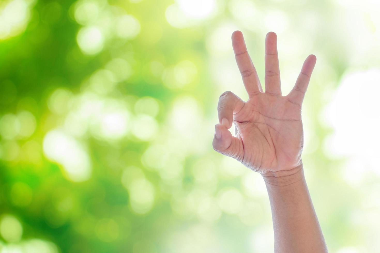mão mostrando sinal de ok foto