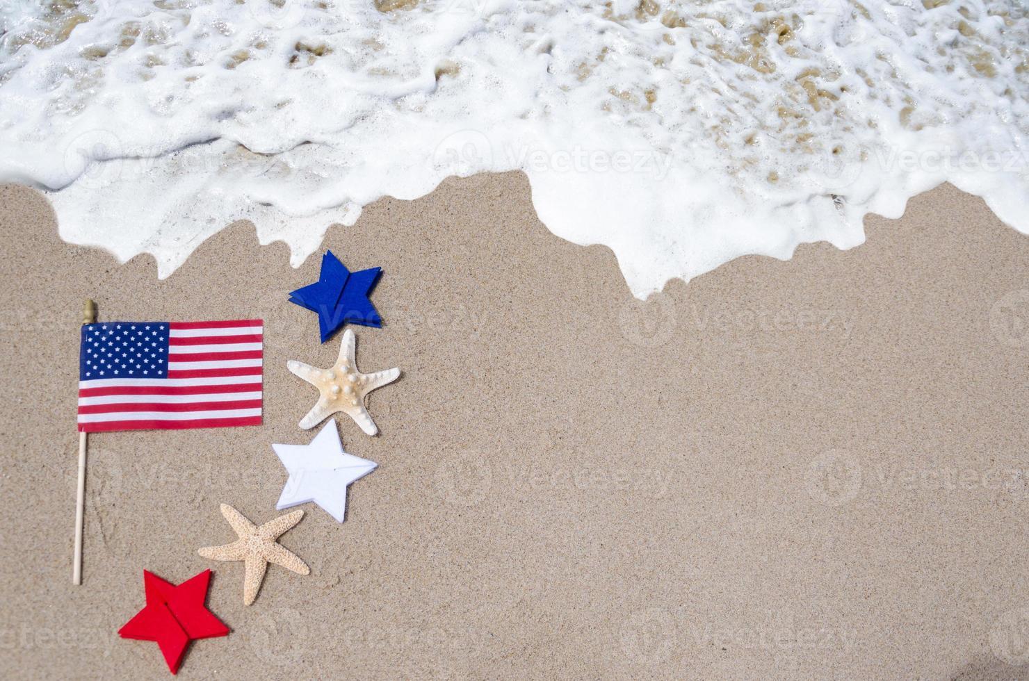 bandeira americana com estrela do mar na praia foto