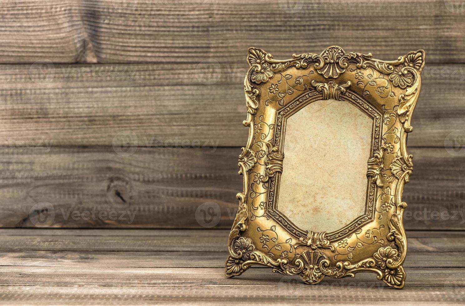 moldura barroca dourada com fundo de madeira foto