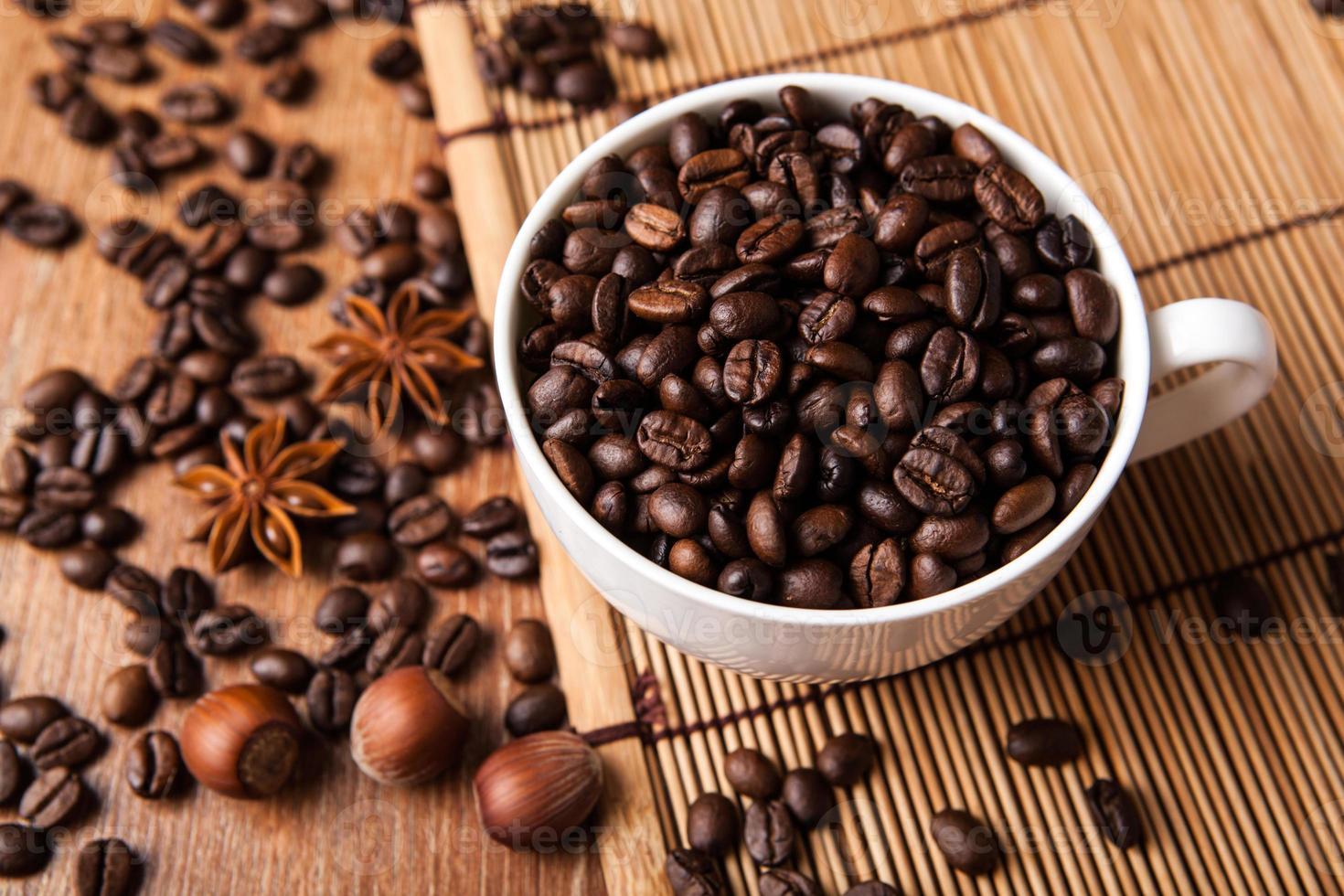 natureza morta com uma xícara de grãos de café foto