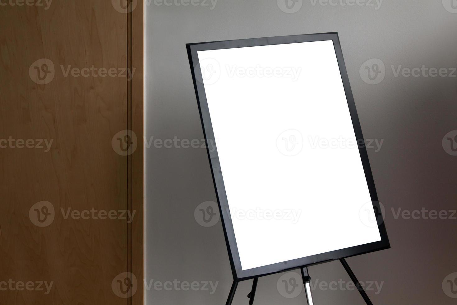 moldura de pôster em papel isolado em branco foto