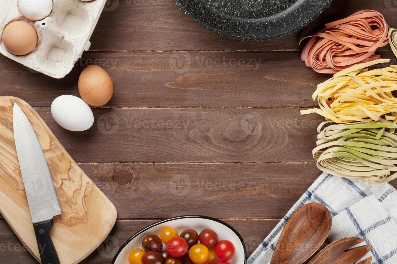 Ingredientes e utensílios para cozinhar massas foto