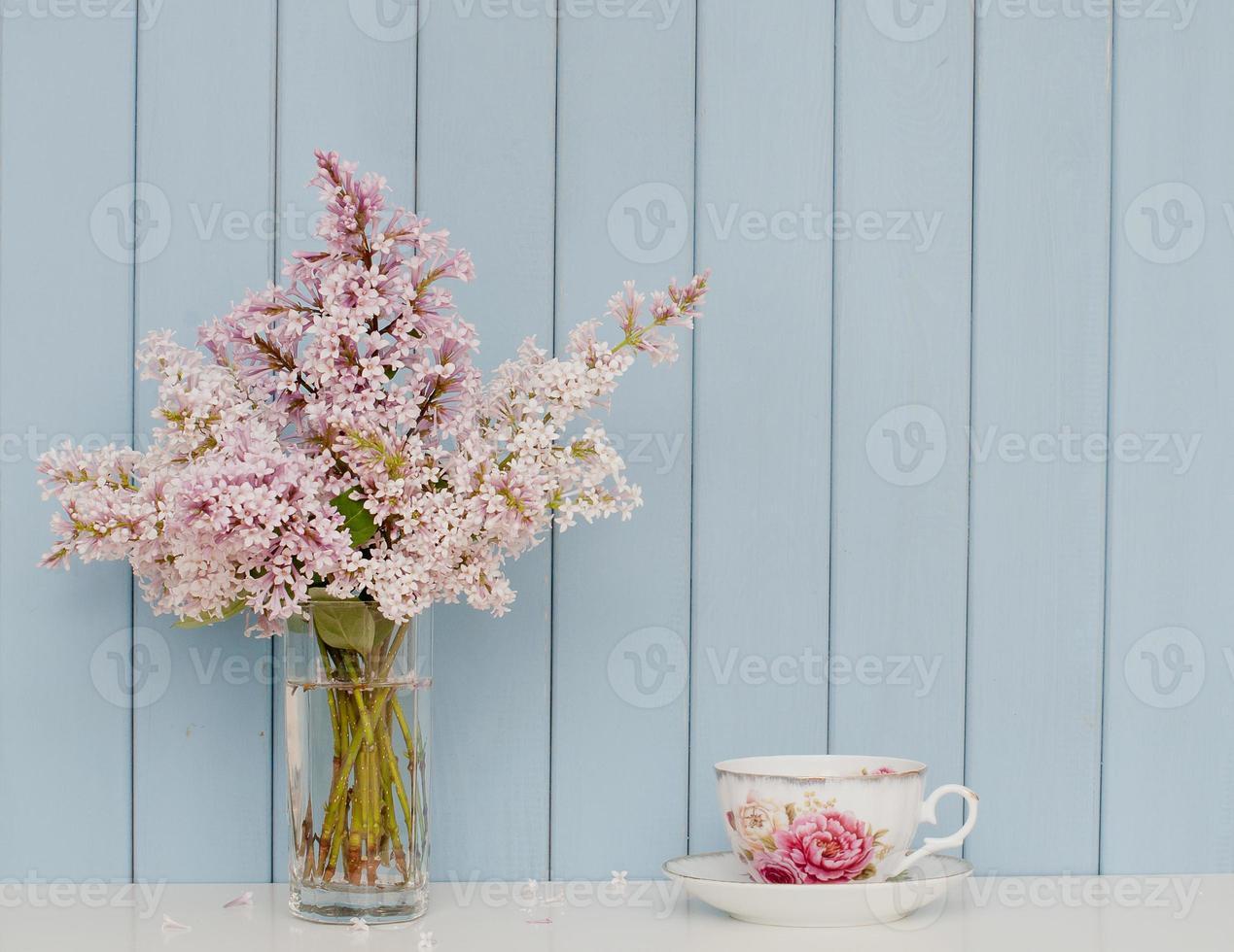 bando de lilás e xícara de chá foto