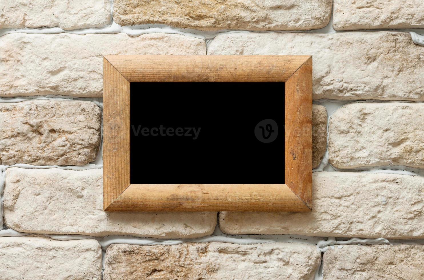 moldura na parede de tijolos foto