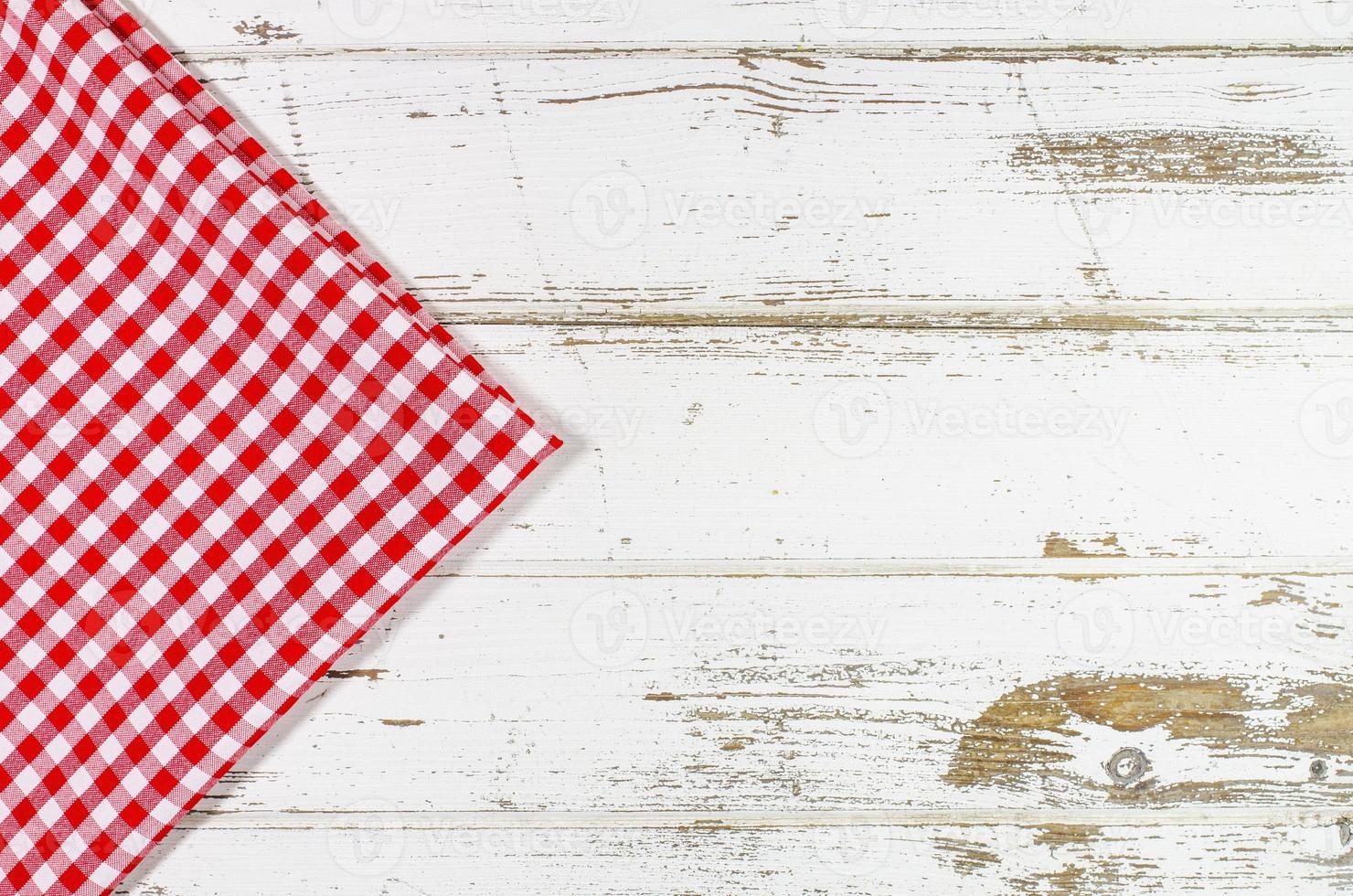 toalha de mesa vermelha sobre mesa de madeira foto