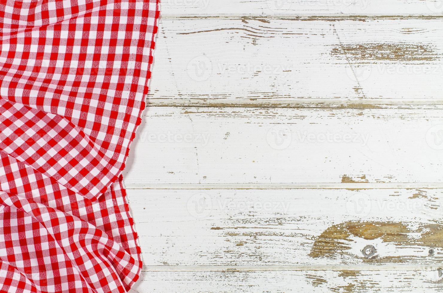 toalha de mesa dobrada vermelha sobre mesa de madeira foto