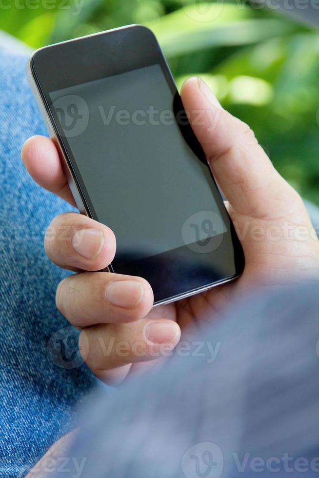 mão de homem segurando um telefone inteligente foto