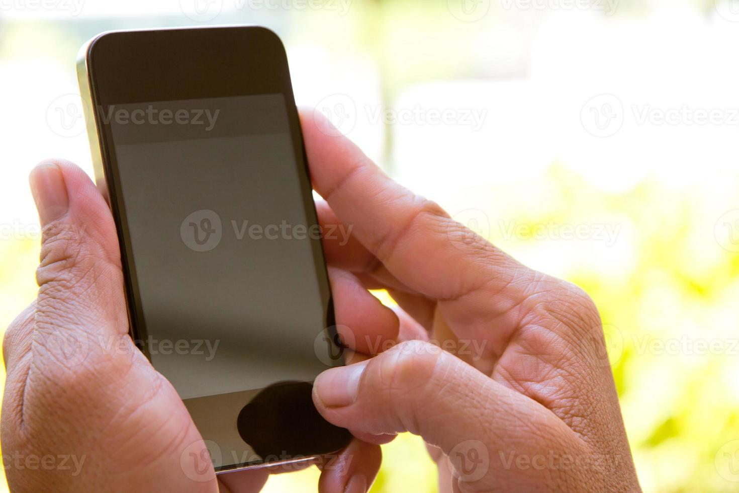 homem checando seu telefone foto