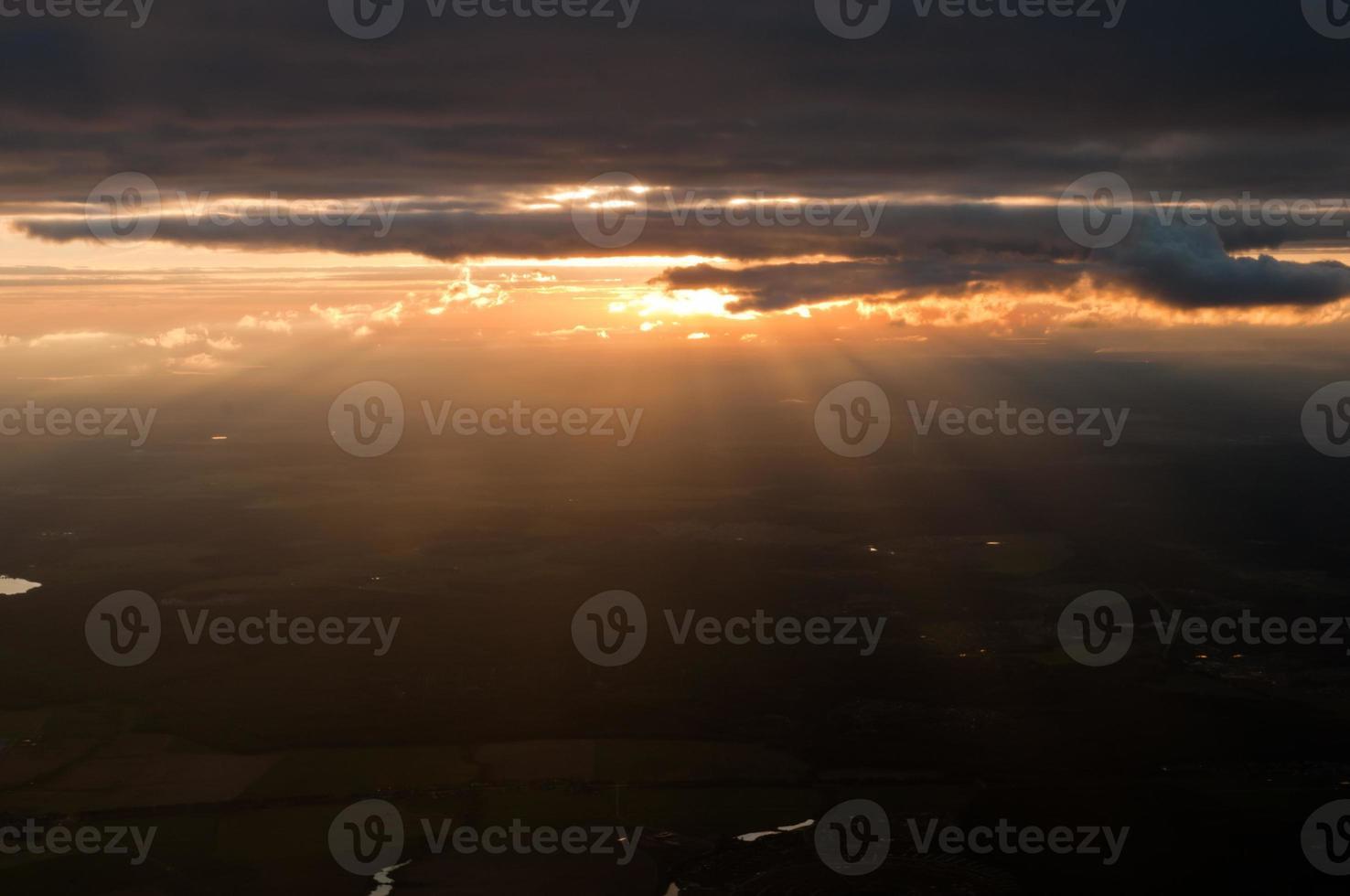 vista aérea dramática do céu ao pôr do sol foto