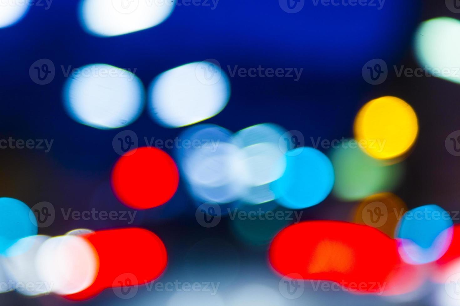 luz colorida do bokeh do trânsito noturno foto