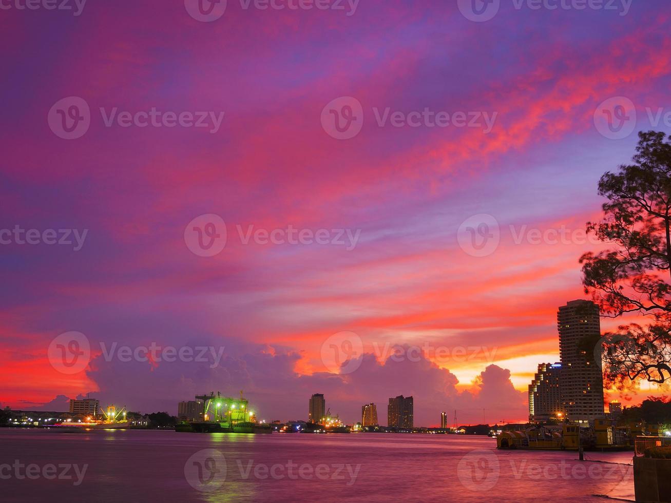 Cloudscape colorida à beira do rio foto