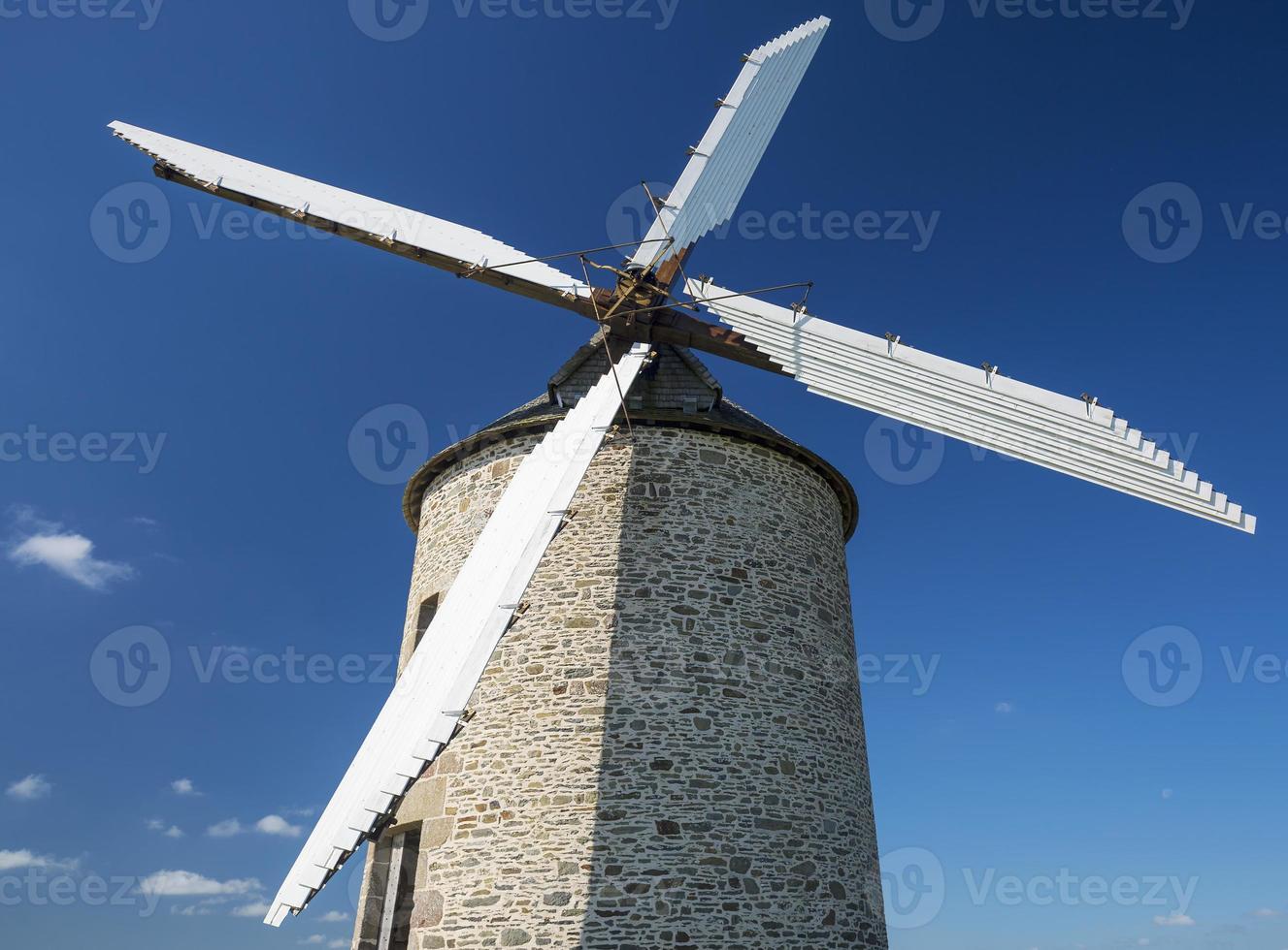 moinho de vento no céu azul foto