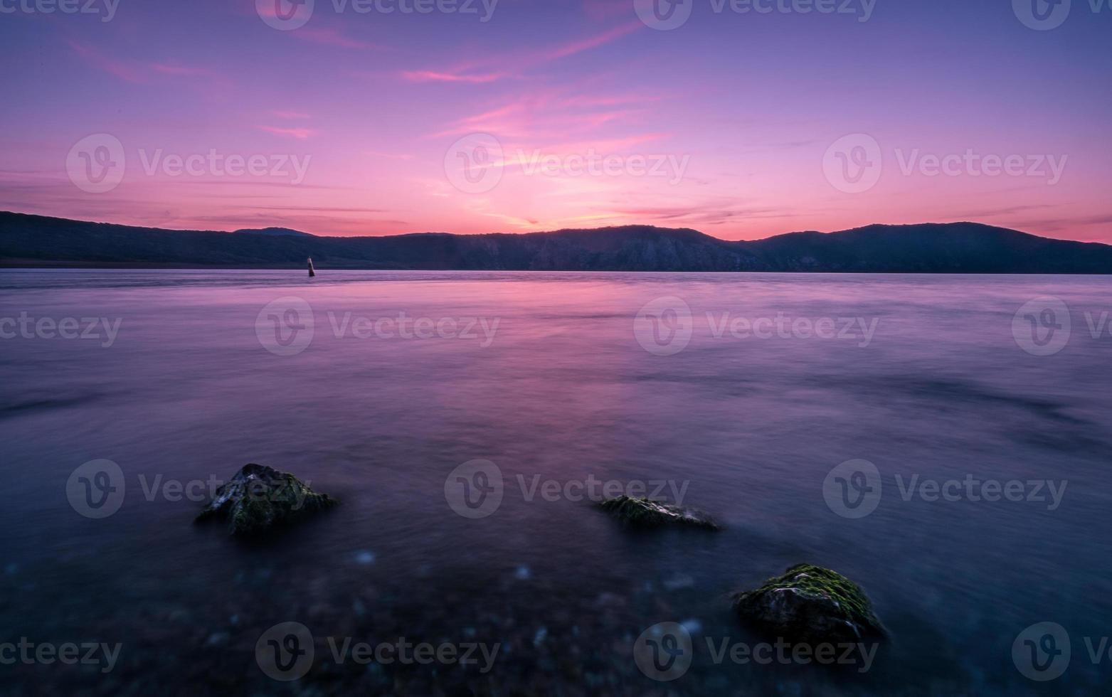 paisagem marítima calma ao pôr do sol foto