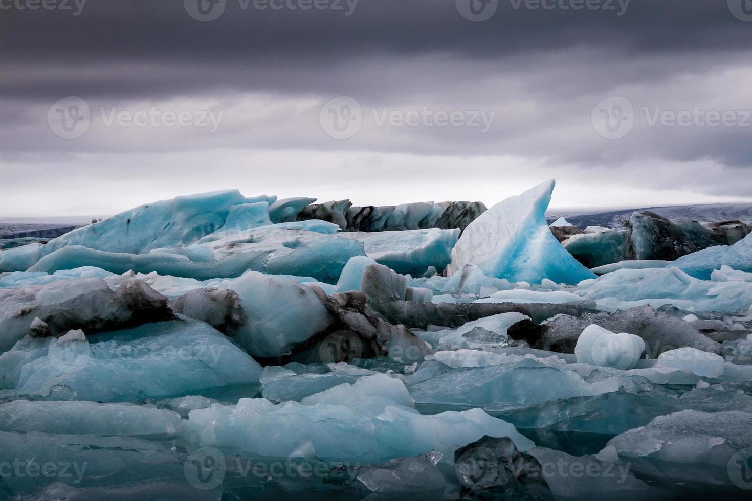 incrível lago glacial jokulsarlon cheio de flutuando e derretendo i foto