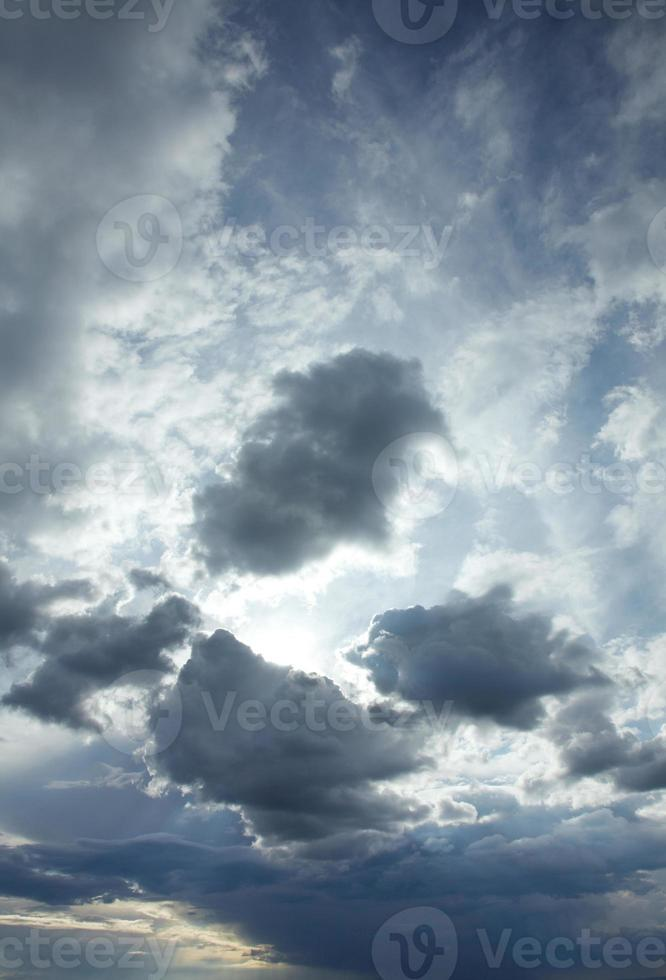 céu com nuvens dramáticas após tempestade foto