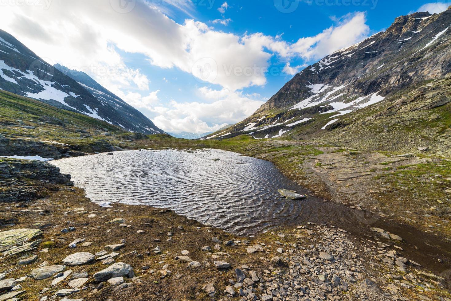 pequeno lago em grande altitude nos Alpes foto