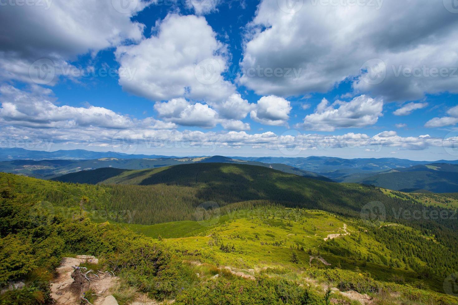 estrada para as montanhas com céu azul nos Cárpatos foto