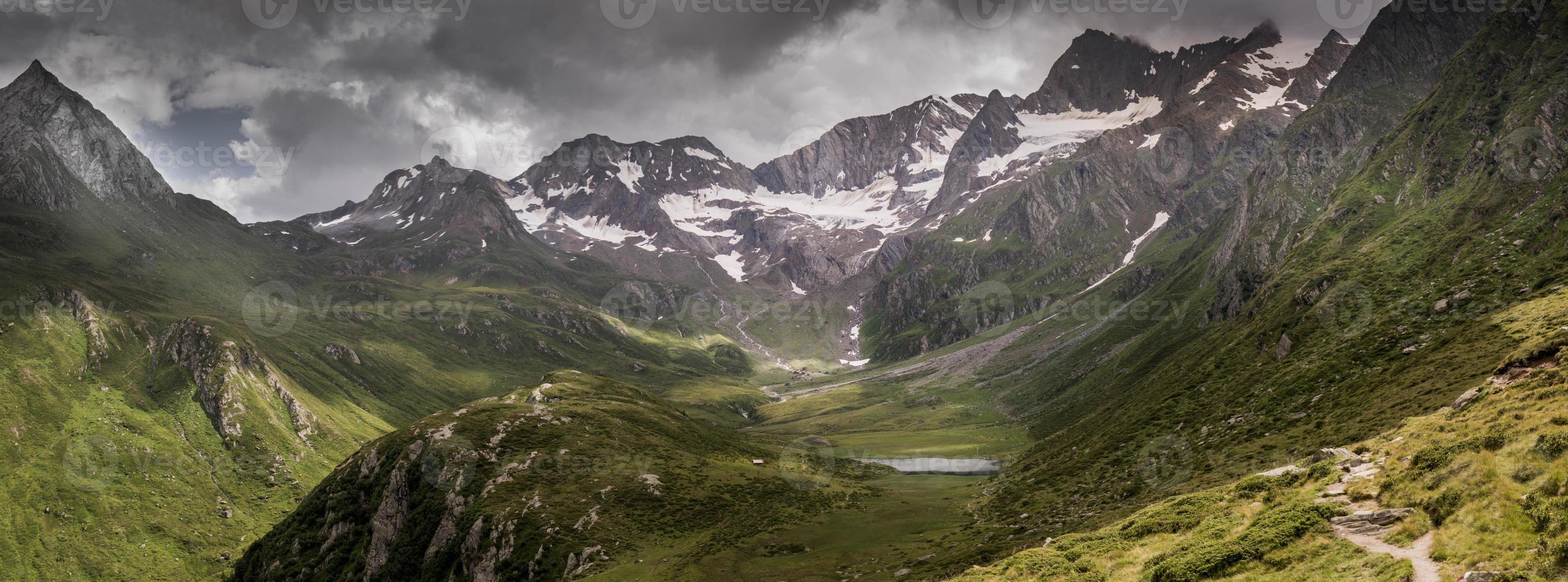 panorama dramático de uma cadeia de montanhas nos Alpes europeus foto