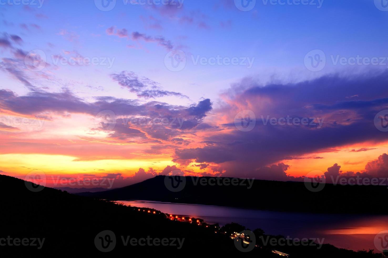 dramático pôr do sol sobre o lago foto