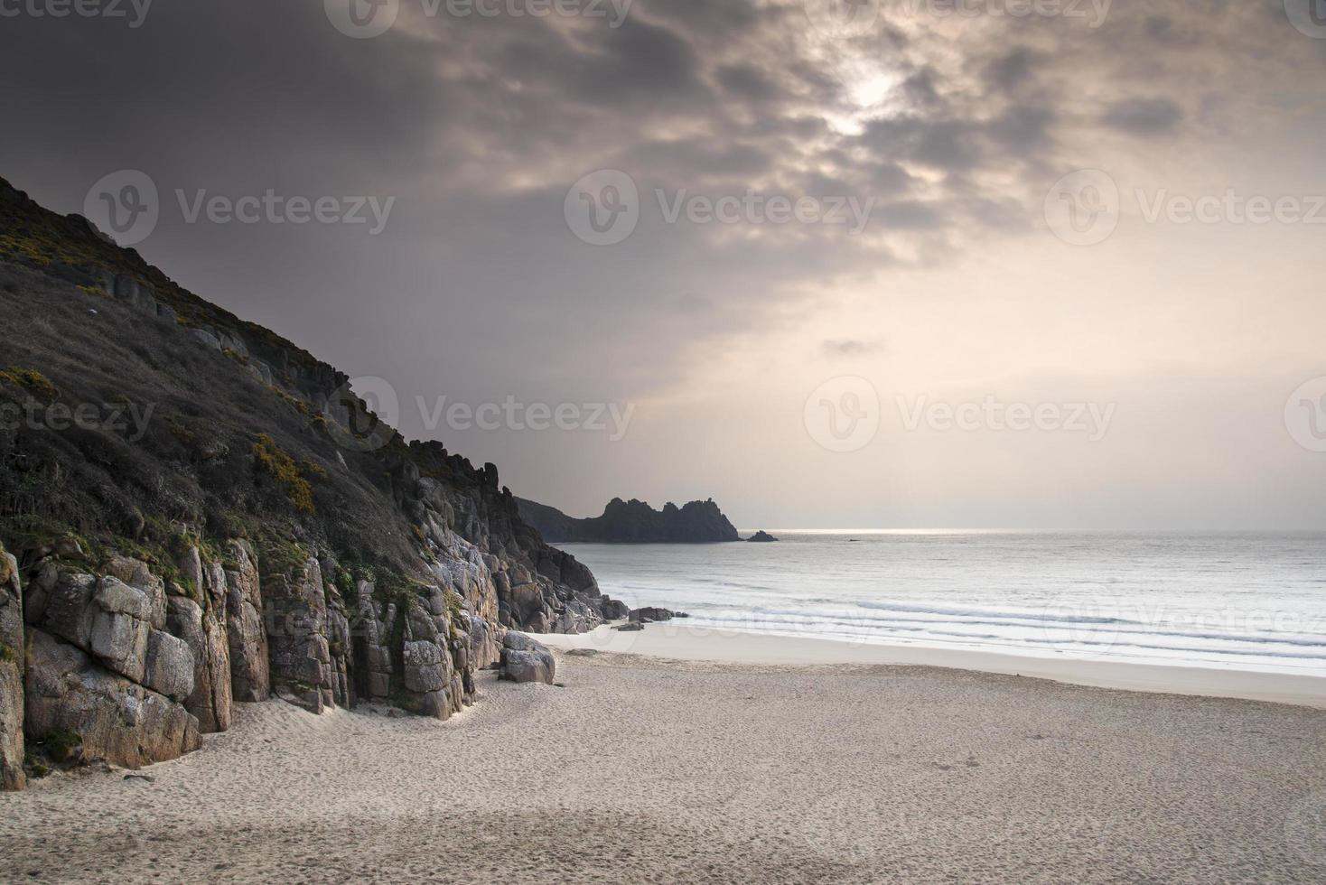 praia de areia amarela de porthcurno antes do pôr do sol foto