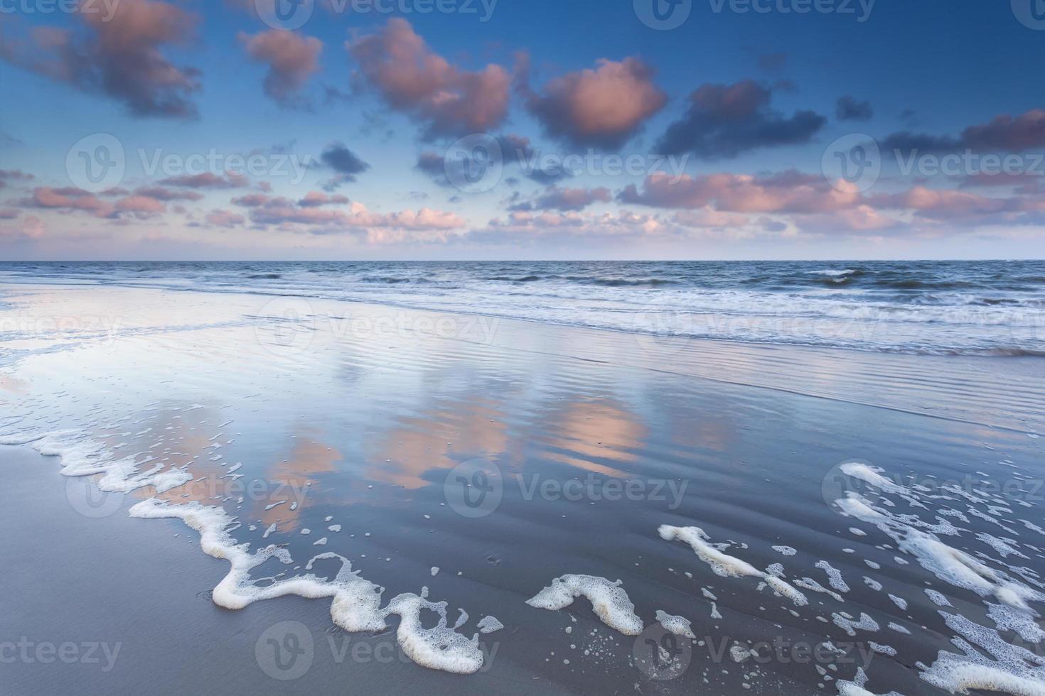 nascer do sol sobre as ondas do mar do norte foto