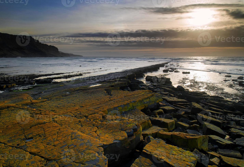 bela paisagem marítima da costa rochosa ao pôr do sol foto