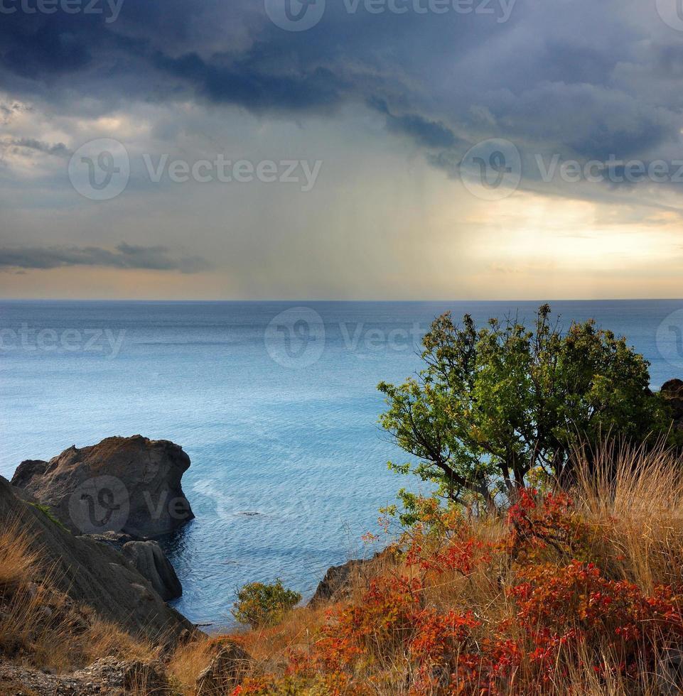 chuva no cabo Meganom, mar negro, criméia foto