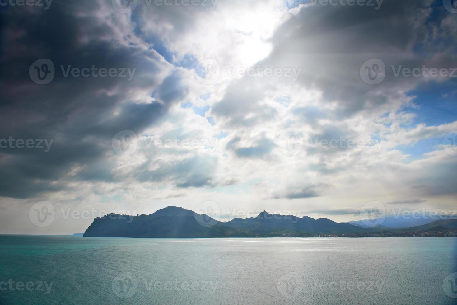 mar dramático com ilha foto