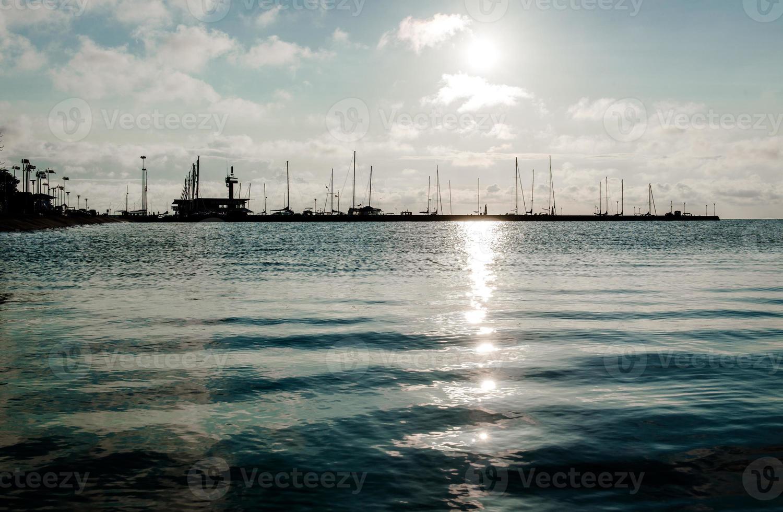 nascer do sol sobre o porto na lagoa da Curlândia foto