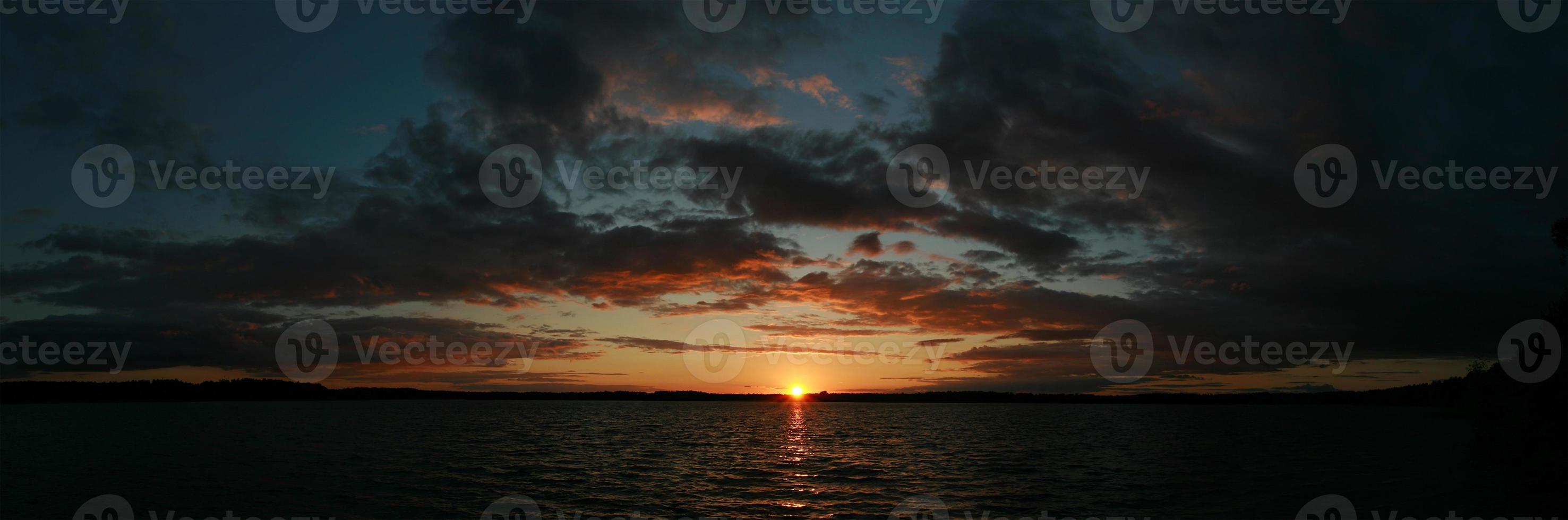 vista panorâmica do pôr do sol sobre o lago foto