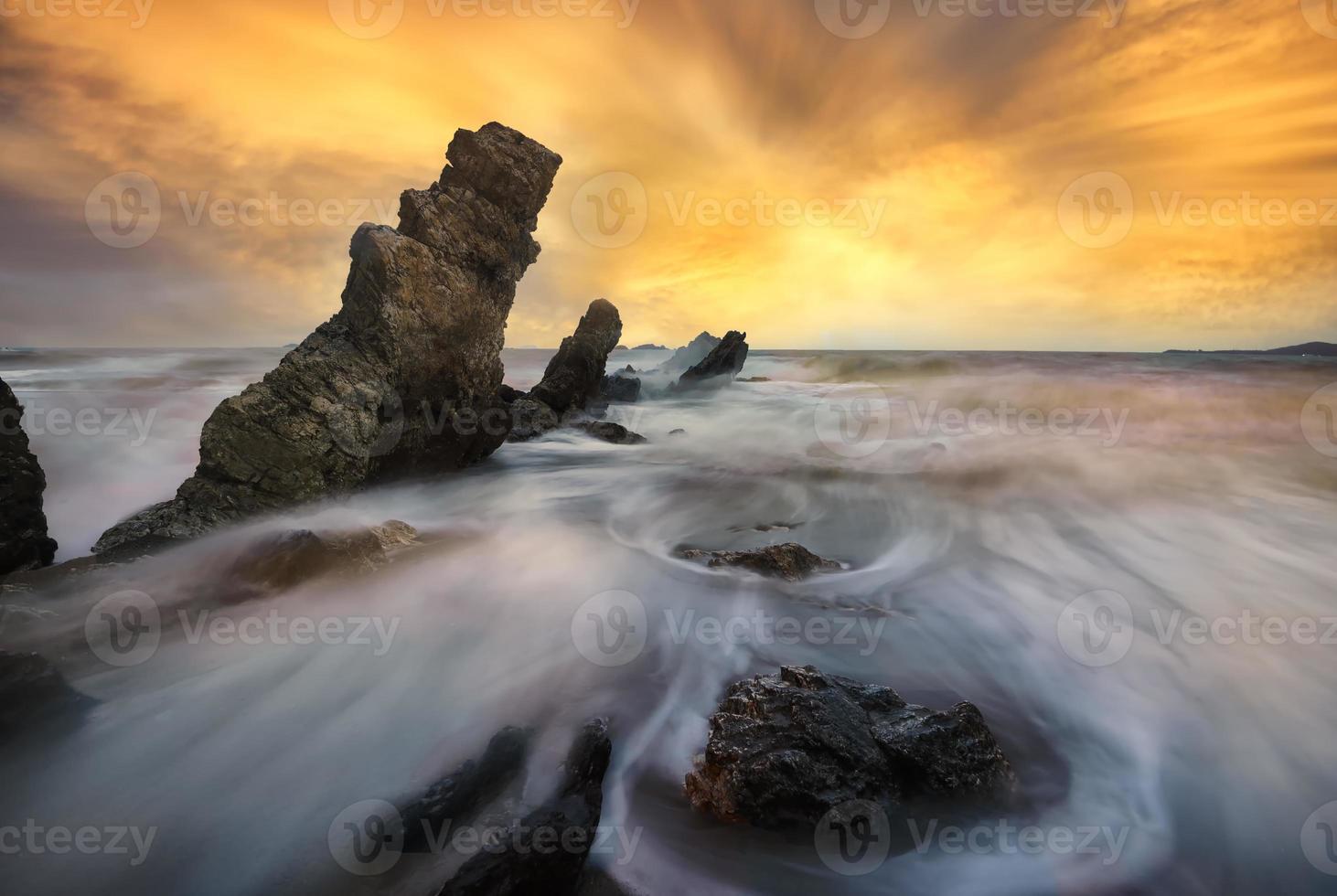 paisagem marinha na tailândia, ondulações agitadas foto