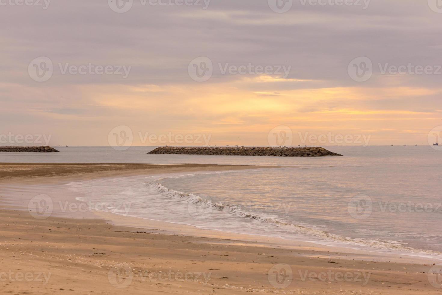 praia tropical de areia branca foto