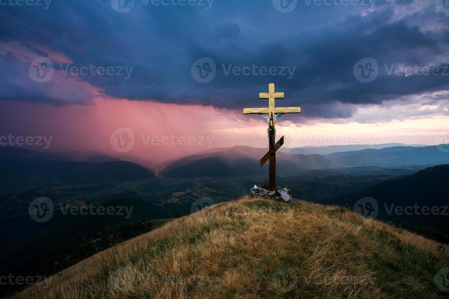 cruze o vale no fundo do céu dramático foto