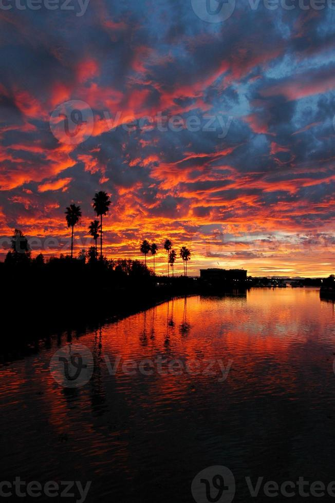 dramático pôr do sol vermelho refletido sobre a Califórnia foto