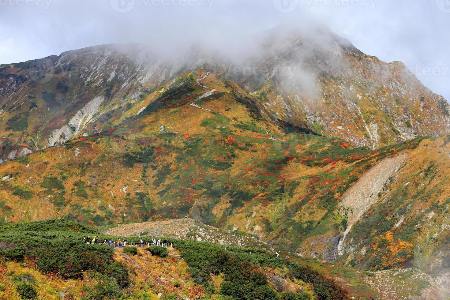 rota alpina tateyama kurobe do outono foto