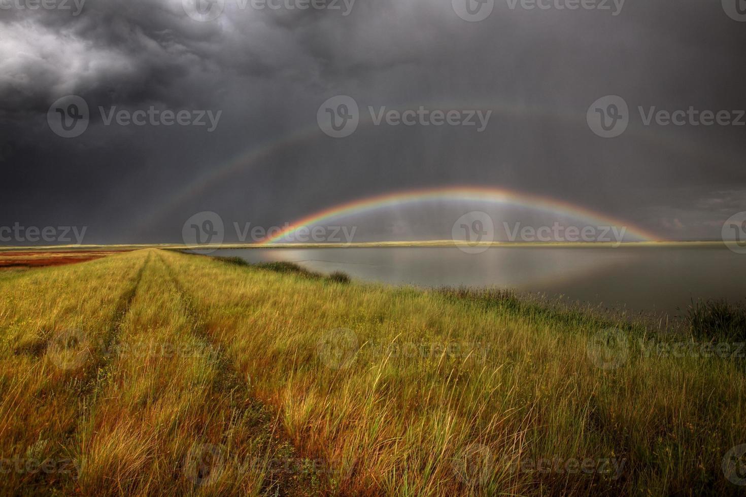 nuvens de tempestade e arco-íris sobre os pântanos do lago Chaplin foto