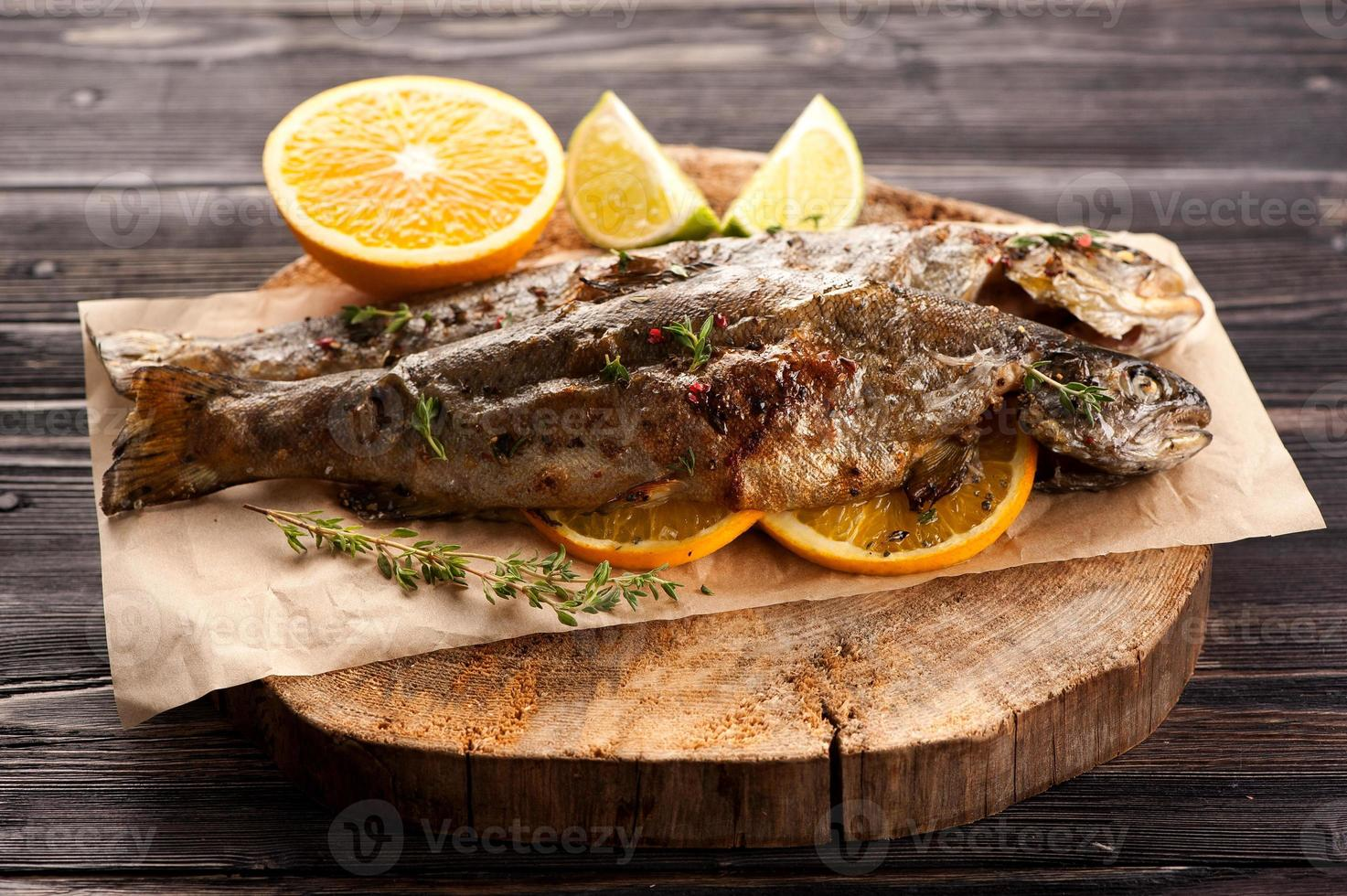peixe truta assada com laranja e tomilho foto