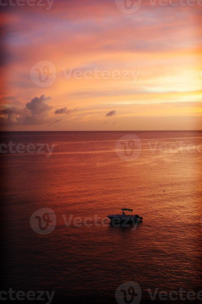 pôr do sol roxo do Caribe, Martinica, França. foto