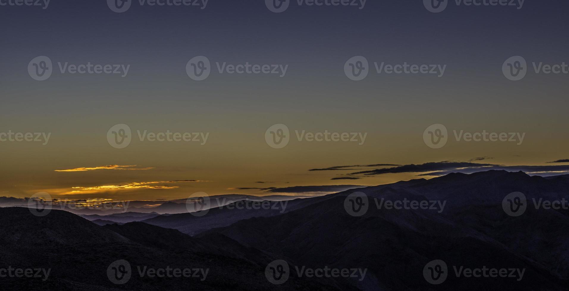 nascer do sol na montanha do vale da morte - ponto dante foto