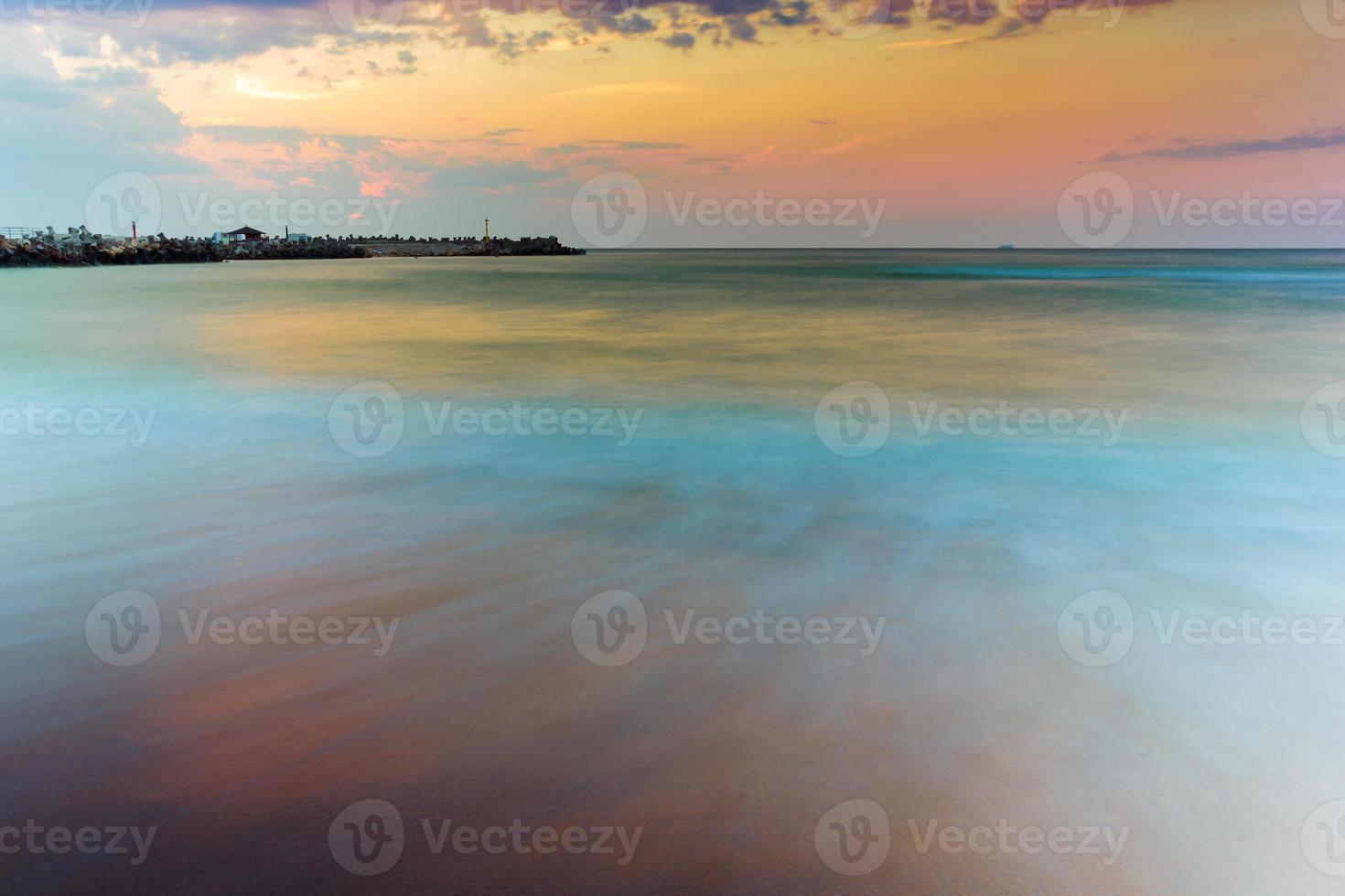 incrível nascer do sol à beira-mar foto