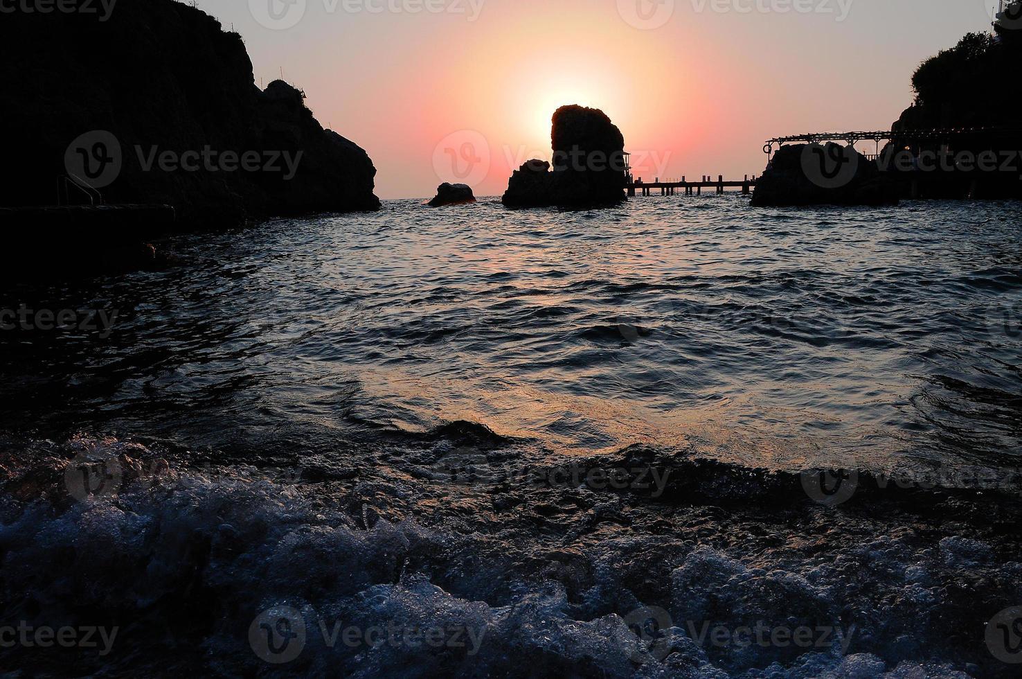 pôr do sol sobre a baía foto