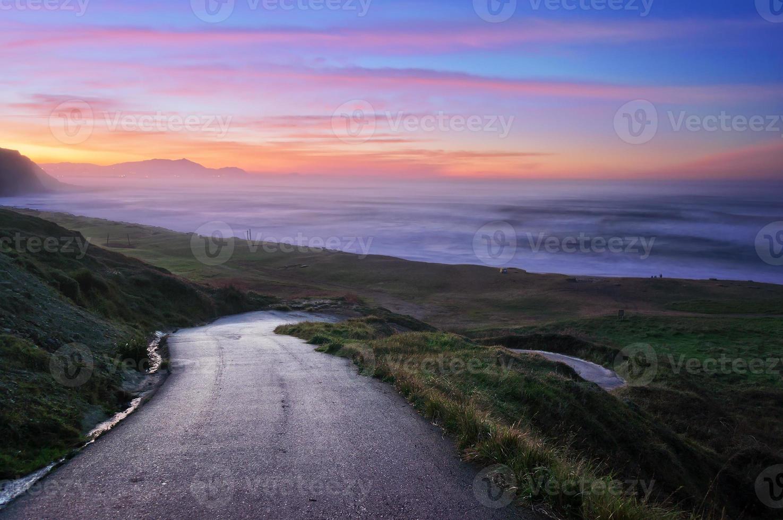 estrada para a praia de Azkorri foto