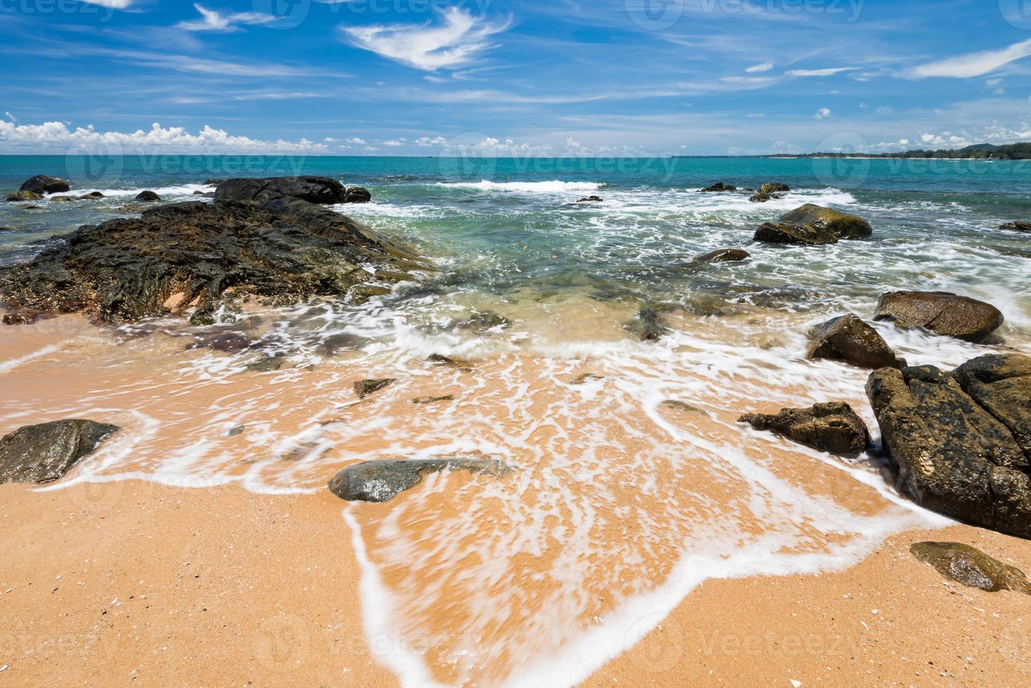 ondas do mar lash line impacto rocha na praia foto