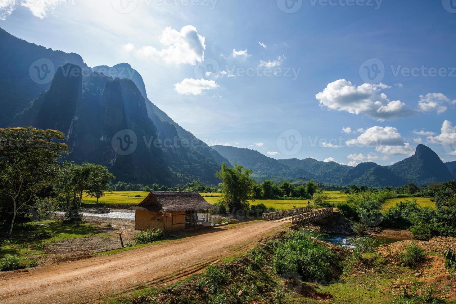 montanha sombreia o vale em laos foto