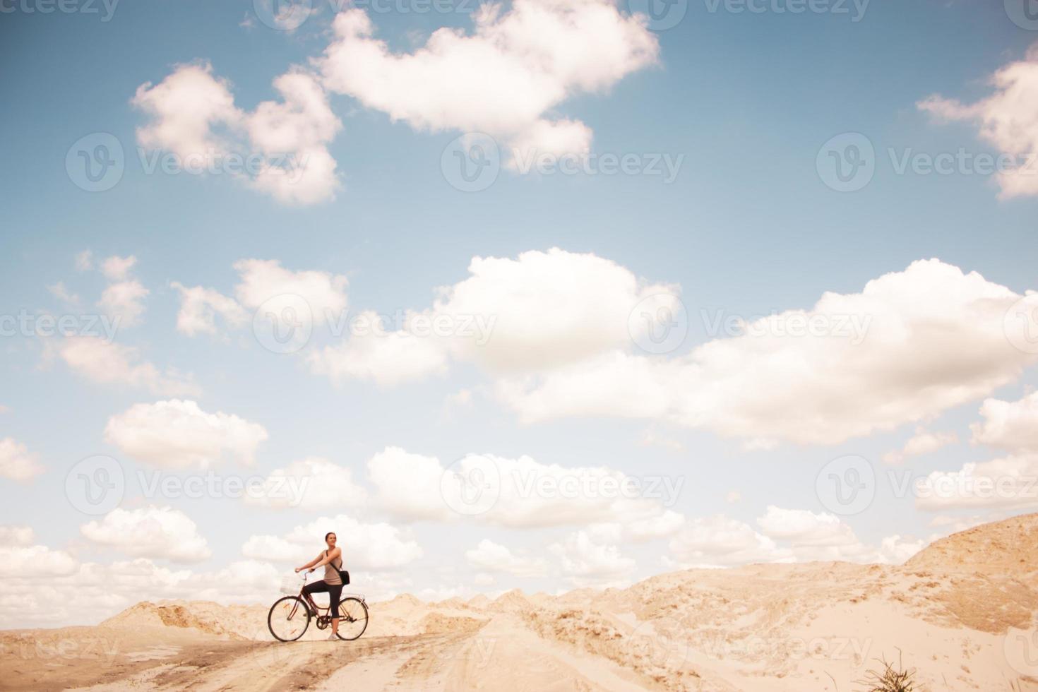 garota na areia foto