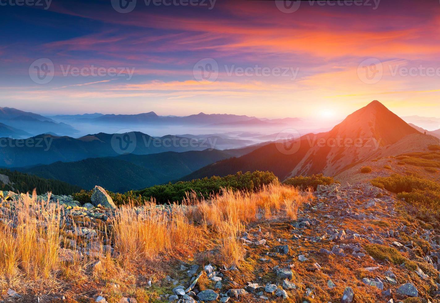 nascer do sol de outono colorido nas montanhas. foto