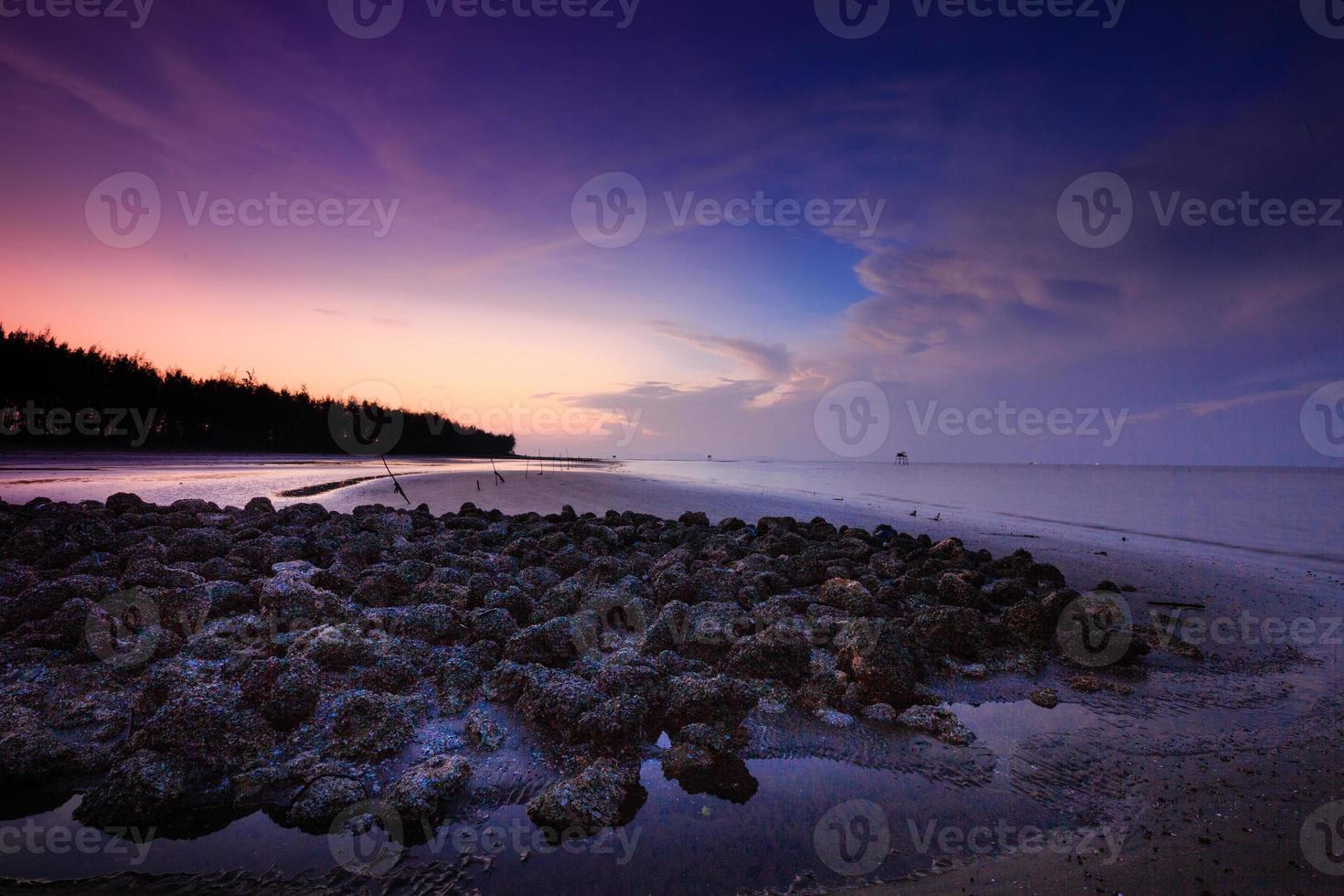 amanhecer amanhecer sobre a bela costa rochosa foto